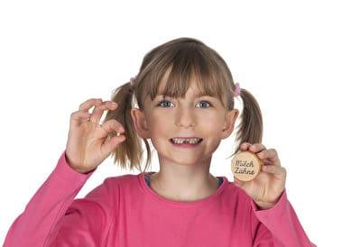 Als Geschenk von der Zahnfee eignen sich kleine Aufbewahrungsdosen. Somit sind die ausgefallenen Milchzähne geschützt und können stolz mitgenommen und den Freunden, den Omas und den Opas gezeigt werden.