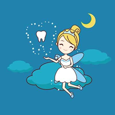 Die Zahnfee kommt in der Nacht, wenn das Kind schläft. Nachdem der Zahn vorsichtig unter dem Kopfkissen herausgeholt wurde, stellt man das Geschenk am besten auf dem Nachttisch ab.